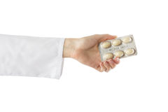 Рука женского доктора держа медицинские пилюльки изолированный на белой предпосылке помогите сперва Стоковые Изображения RF