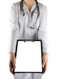 Рука женского доктора держа стетоскоп и доску сзажимом для бумаги на белой предпосылке Концепция здравоохранения и медицины Стоковые Фотографии RF
