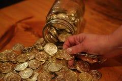Рука женщины абстрактных монеток кучи пожилая Стоковое Изображение RF