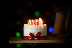 Рука женщины давая очень вкусный именниный пирог с горящими свечами Стоковое Изображение RF