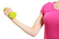 Рука женщины во время тренировки фитнеса с гантелями Стоковая Фотография