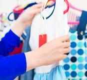 Рука женщины выбирая платье Стоковая Фотография RF