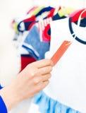 Рука женщины выбирая платье Стоковое Изображение RF