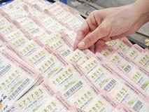Рука женщины выбирая тайскую лотерею Стоковая Фотография RF
