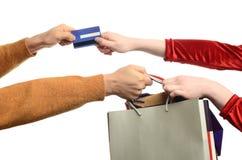 Рука женщины вытягивая хозяйственные сумки, pul руки человека стоковые изображения rf