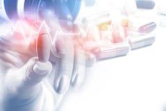 Рука женщины двойной экспозиции терпеливая держа пилюльку с некоторой медициной и сердцебиение в предпосылке с космосом экземпляр стоковое изображение rf