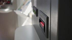 Рука женщины делает банкноту к ATM акции видеоматериалы