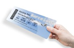 Рука женщины держа билет самолета к Барселоне - изображению i стоковое фото rf