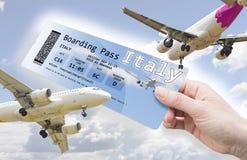 Рука женщины держа билет самолета к Италии - изображению концепции стоковые изображения rf