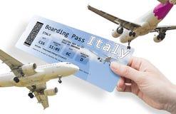 Рука женщины держа билет самолета к Италии стоковое фото