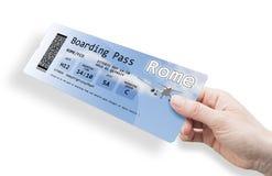 Рука женщины держа билет самолета к Риму - isolat изображения стоковое изображение