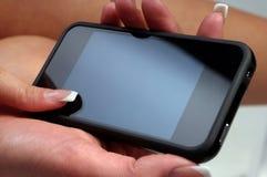 Рука женщины держа smartphone Стоковые Изображения