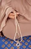 Рука женщины держа tasbih Стоковые Фотографии RF