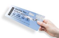Рука женщины держа билет самолета к Нью-Йорку - изображение Стоковая Фотография RF