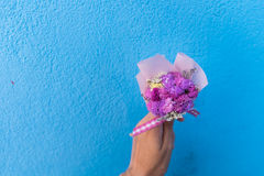 Рука женщины держа букет розовых цветков Стоковая Фотография RF