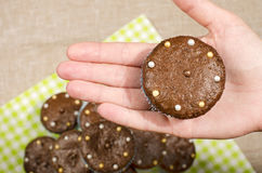 Рука женщины держа булочку шоколада стоковые изображения rf
