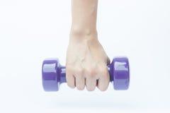 Рука женщины держа вес гантели на белой предпосылке Стоковое фото RF