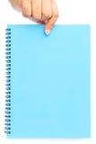 Рука женщины держа голубой чистый лист бумаги Стоковые Изображения