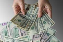 Рука женщины держа деньги, концепцию взяточничества Стоковые Изображения