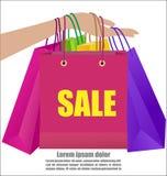 Рука женщины держа красочную кампанию продажи выставки хозяйственной сумки Стоковые Фотографии RF
