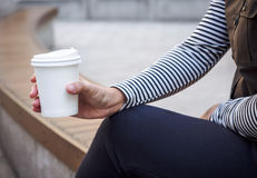 Рука женщины держа образ жизни битника кофе бумажного стаканчика внешний Стоковые Фото