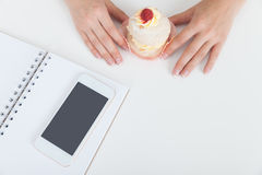 Рука женщины держа пирожное Стоковая Фотография RF