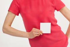 Рука женщины держа пустой белый стикер Стоковые Фотографии RF