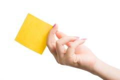 Рука женщины держа пустой желтый notepaper Стоковое Изображение RF