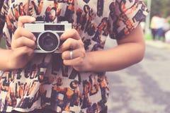 Рука женщины держа ретро камеру Стоковое Фото