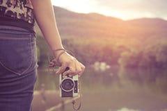 Рука женщины держа ретро камеру Стоковые Изображения