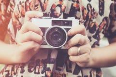 Рука женщины держа ретро камеру Стоковое фото RF