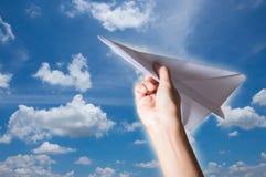 Рука женщины держа самолет бумаги, Стоковое Фото