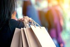 Рука женщины держа хозяйственные сумки на улице Стоковые Фото