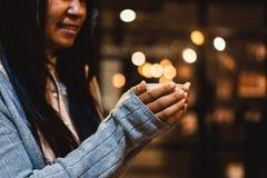 Рука женщины держа чашку зеленого чая Стоковые Изображения