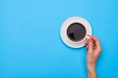 Рука женщины держа чашку кофе стоковая фотография rf