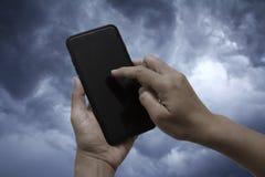 Рука женщины держа черный smartphone Стоковое Фото