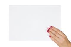 Рука женщины держа чистый лист бумаги Стоковые Фотографии RF