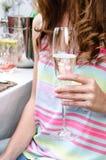 Рука женщины держа шампанское стеклянный Стоковое фото RF