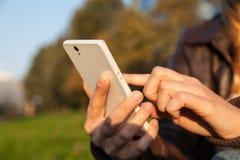 Рука женщины держа smartphone Стоковые Изображения RF
