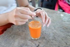 Рука женщины делая чай Стоковые Изображения RF