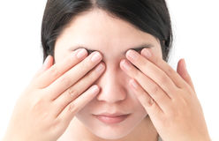 Рука женщины закрывает глаза с болью глаза, здравоохранением и медицинским co стоковые фото
