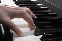 Рука женщины играя рояль Стоковая Фотография RF