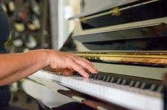 Рука женщины играя рояль Стоковые Фото