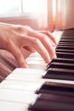 Рука женщины играя рояль Стоковая Фотография