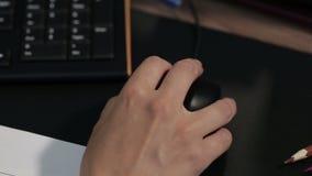 Рука женщины используя мышь видеоматериал