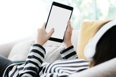 Рука женщины используя таблетку с предпосылкой пустого экрана для насмешки вверх Стоковые Изображения RF