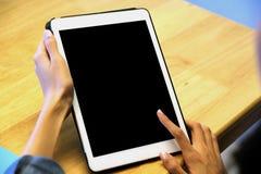 Рука женщины используя цифровой планшет с пустым экраном на предпосылке для насмешки вверх, шаблона, технологии людей и образа жи стоковое фото