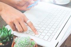 Рука женщины используя портативный компьютер и кредитную карточку держать Стоковая Фотография RF