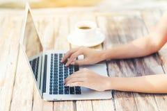 Рука женщины используя портативный компьютер Стоковая Фотография