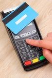 Рука женщины используя стержень оплаты, вписывает личный идентификационный номер Стоковая Фотография RF